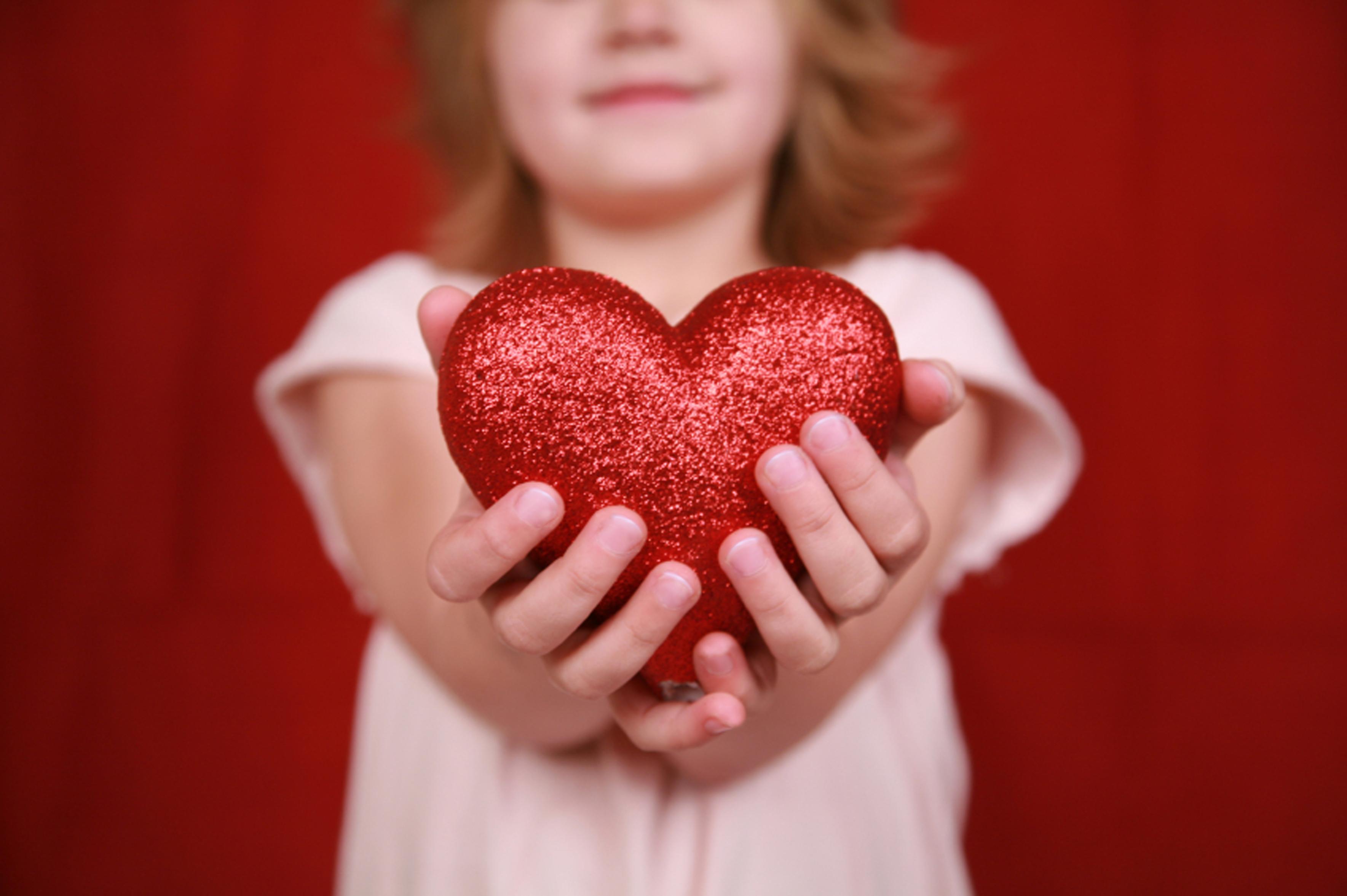 childholdingheartret