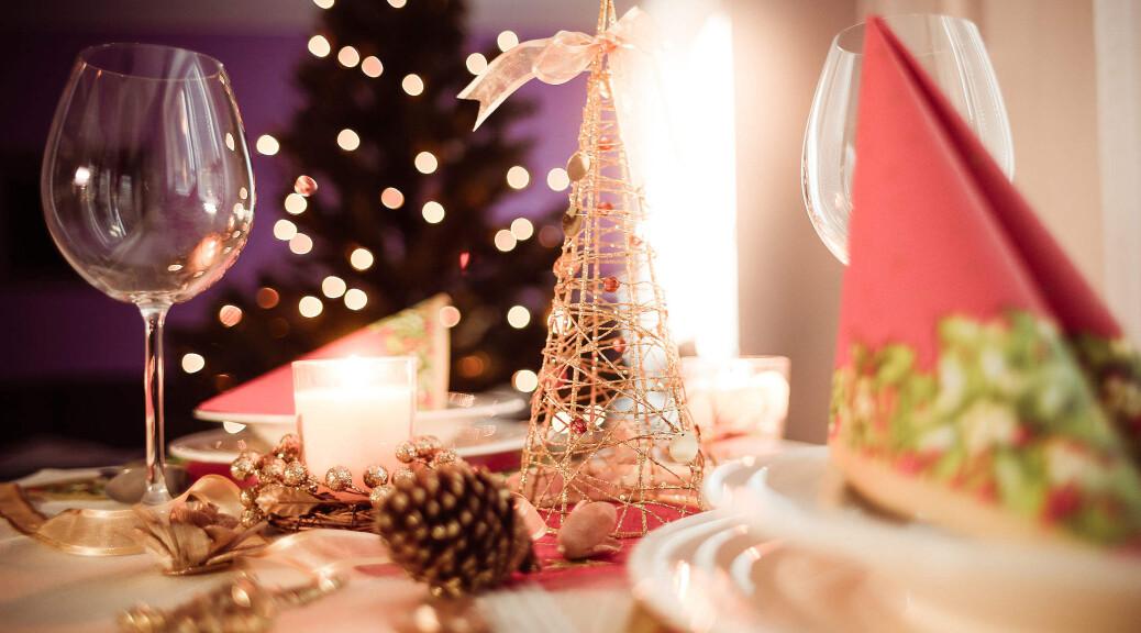 soft-christmas-table-setting-2210x1473
